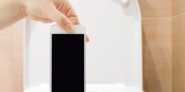 스마트폰이 실제로 변기보다
