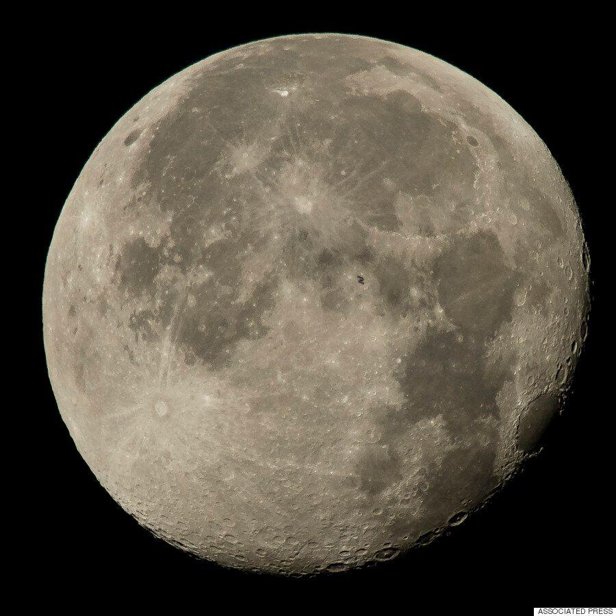 국제우주정거장을 찍은 나사의 최신 사진은 정말로 숨이