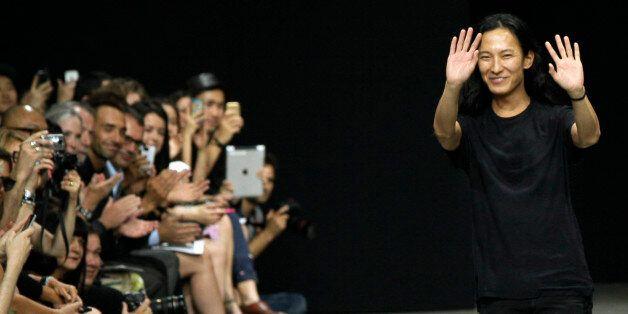 2012년 9월, 알렉산더 왕이 자신의 2013 S/S 쇼를 끝내고 피날레 인사를 하고 있다. 발렌시아가는 7월 31일 알렉산더 왕과의 결별을