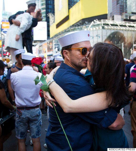 세계서 모인 커플 수백명, 뉴욕 타임스스퀘어 '종전 키스'