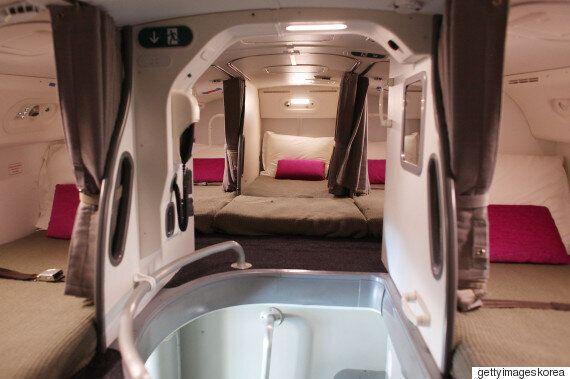 비행기에는 숨겨진 승무원들의 수면 공간이