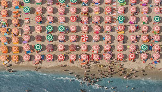 하늘에서 찍은 아드리아 해안의 파라솔(사진