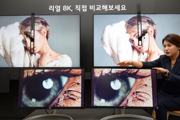 17일 서울 여의도 LG트윈타워에서 열린 LG전자 디스플레이 기술설명회에서 LG전자 직원이 8K TV 제품들의 해상도 차이를 설명하고