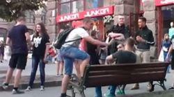 우크라이나에서 남자 둘이 손을 잡고 걸으면 무슨 일이