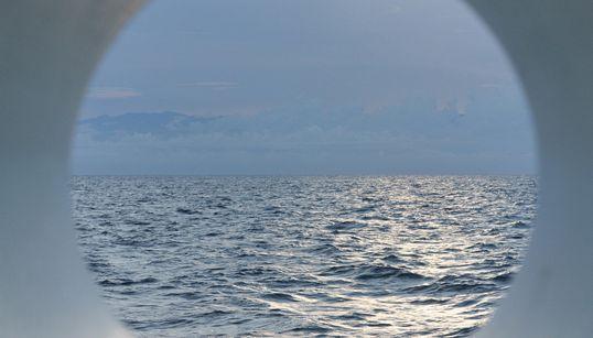 두 면의 바다, 두 면의 시선