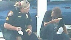혼자 밥 먹는 노숙자에게 다가간 미국 경찰