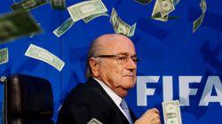 돈다발 세례를 받은 제프 블래터 FIFA 회장