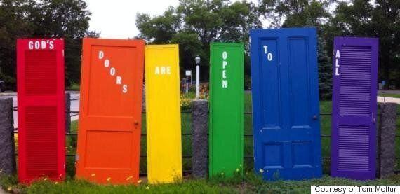 미국의 어느 교회에 세워진 여섯 색깔의 문,
