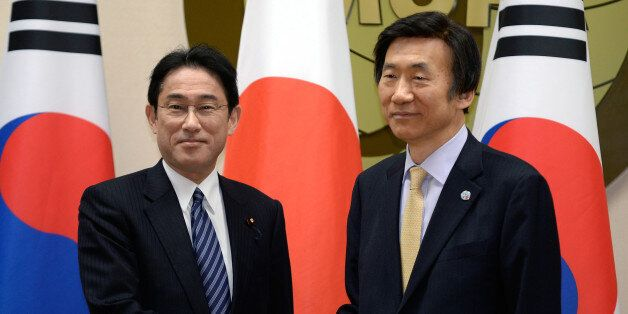 일본 기시다 후미오 외무상(왼쪽)과 우리나라 윤병세 외교부