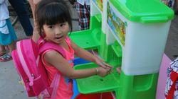 캄보디아 아이들의 손을 씻어주는 기구(사진,
