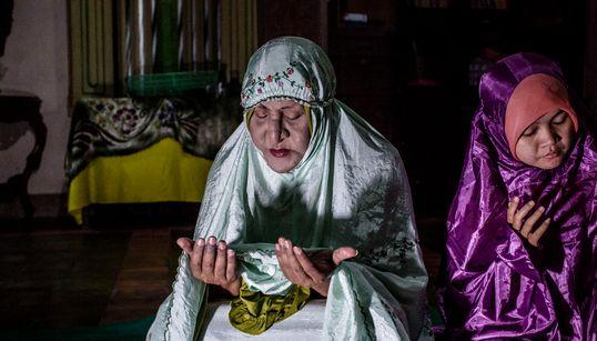 인도네시아의 트랜스젠더가 라마단을 지내는