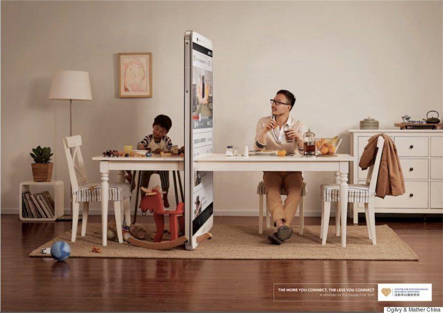 당신의 아이는 당신이 옆에서 휴대폰을 들여다볼 때 이런 느낌을 받는다(사진