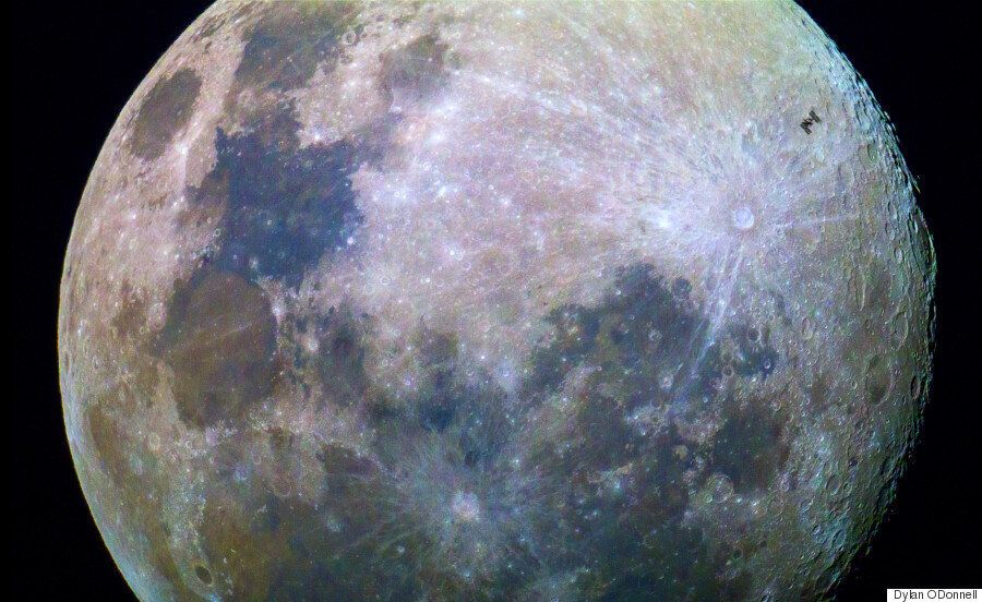 일반인이 달을 배경으로 ISS가 지나가는 사진을