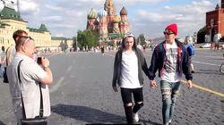 모스크바에서 두 남자가 손을 잡고