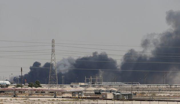 Humo en la planta de Abqaiq, en Arabia Saudí, el pasado