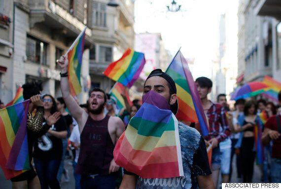 이스탄불 경찰이 물대포와 고무탄으로 LGBT 퍼레이드를