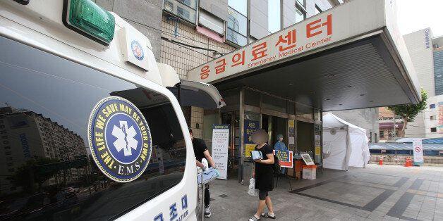 23일 오후 중동호흡기증후군(메르스) 환자가 경유해 외래·입원이 중단된 서울 강동성심병원 응급실 입구에서 한 환자와 보호자들이 퇴원하고 있다. 보건복지부는