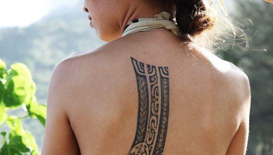 아름다운 문신을 하고 얼굴 옆으로 꽃을 두른 사람들이 사는 곳, 타히티에