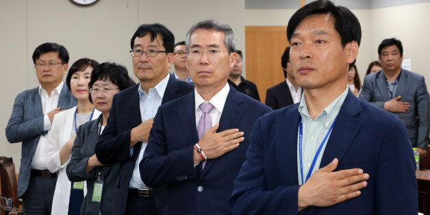박준성 최저임금위원회 위원장(오른쪽에서 두 번째)을 비롯한 위원들이 23일 오후 정부세종청사 최저임금위원회 회의실에서 열린 제6차 전원회의에서 국기에 대한 경례를 하고