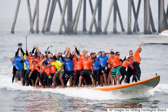 서핑 보드 하나에 사람 많이 타기 세계 신기록