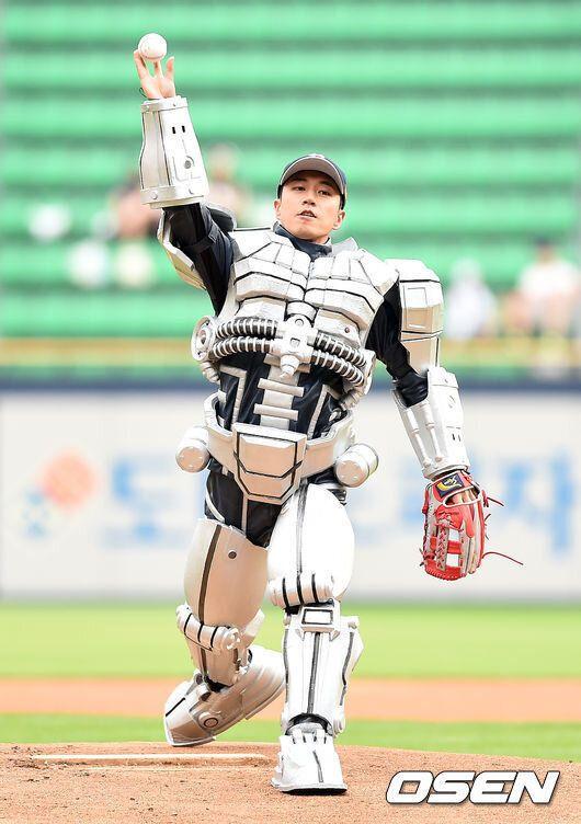 한화 이글스 경기에서 '시타'를 맡은 로봇 휴보2의