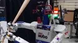 한화 이글스 경기에서 '시타'를 맡은 로봇