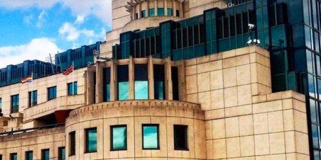 영국 비밀정보부 MI6가 LGBT 인권 지지를 위해 레인보우 깃발을 청사에