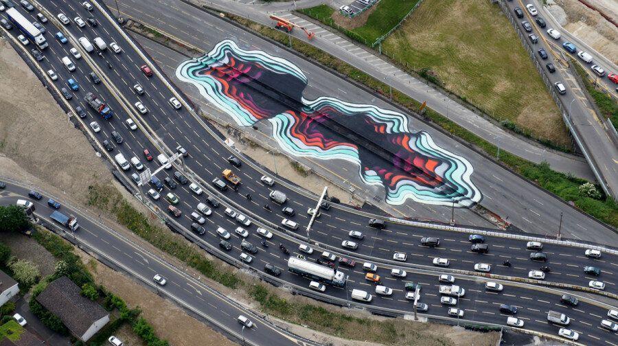 스트리트 아티스트의 그래피티가 파리의 고속도로를