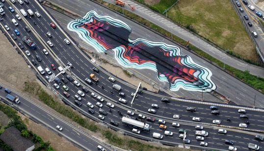 스트리트 아티스트가 파리 고속도로를