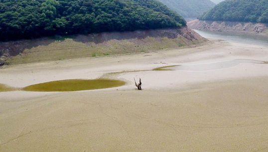 가뭄 때문에 모습 드러낸 수몰지역 서낭당