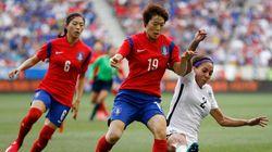 여자축구 선수들은 화장을 하고 경기해야