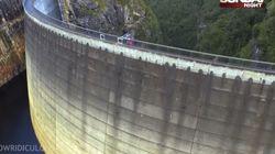 400m 댐 정상에서 아래에 있는 농구골대에 슛을
