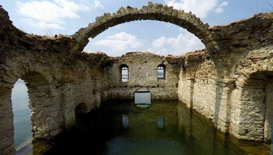 드론으로 찍은 물에 잠긴 교회의 외로운