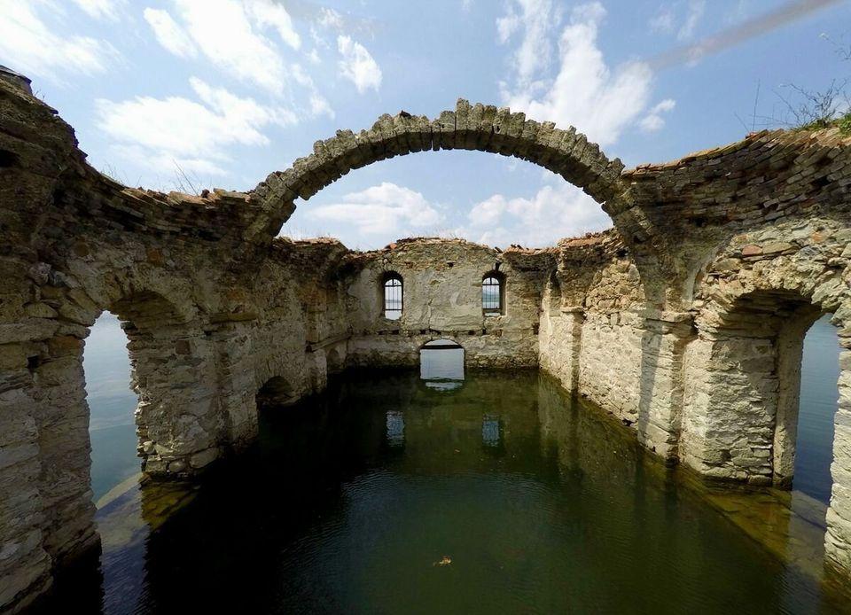 드론을 띄워서 찍은 물에 잠긴 교회의 외로운