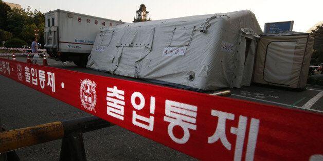 서울시 종로구 연건동 서울대병원 응급의료센터 앞에 31일 오후 메르스 의심증상 환자 격리센터가 설치되어