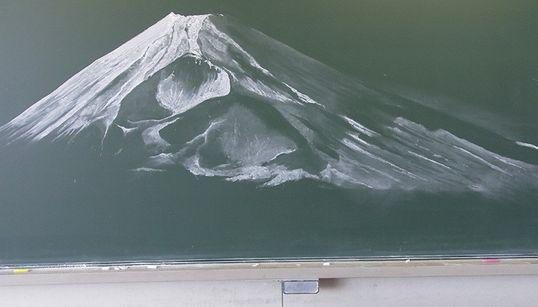 칠판에 분필로 그린 '후지산'의 사실감(칠판아트
