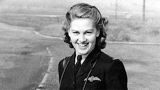 2차대전에 참전했던 92세의 할머니 파일럿, 다시 조종간을