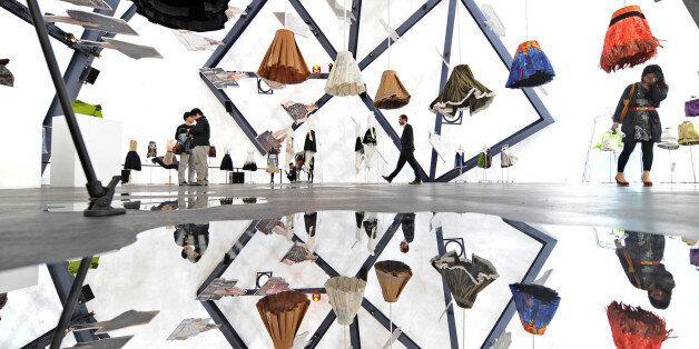 명품 브랜드들이 서울에 관심을 보이면서 서울은 '잇 시 티'로 떠오르고 있다. 2009년 서울 경희궁 옆에서 프라다가 연 '프라다 트랜스포머'