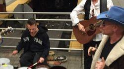 부상 중인 U2의 보노, 지하철 버스킹으로
