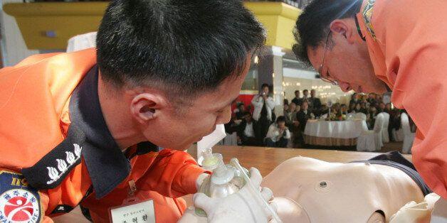 119 구급대원들이 심폐소생술을 시연하고