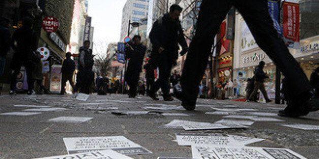 '박근혜 정권 퇴진' 전단지 살포하면 잡혀가는