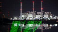 석탄화력발전소에 투사된 그린피스의 레이저