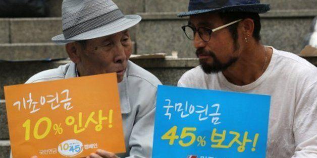 노후를 지키기 위한 국민연금 1045운동' 전국캠페인 선포식이 2013년 6월 11일 오전 서울역에서 열리고 있다. 이날부터 7월12일까지 한달간 진행되는 이 운동은 박근혜 정부 임기(2017년)...