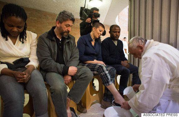 프란치스코 교황, 교도소 수감자의 발을 씻겨주다(사진,