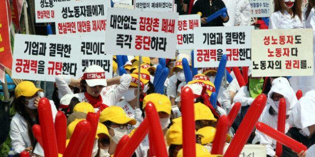 지난 2011년 5월 서울 영등포구 타임스퀘어 앞에서 성매매여성 노동자들이 성매매특별법 개정, 대안 없는 폐쇄 반대. 생존권 보장을 요구하는 집회 및 행진을 벌이고