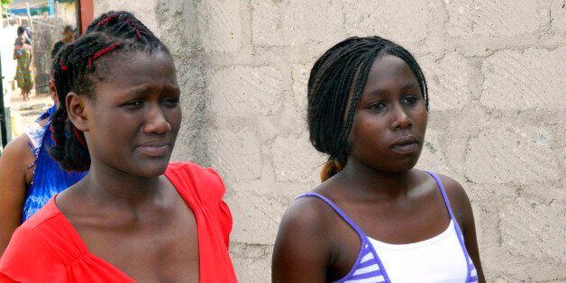 가리사 대학 학생들이 총격 사건 뒤 대피소에서 나오는