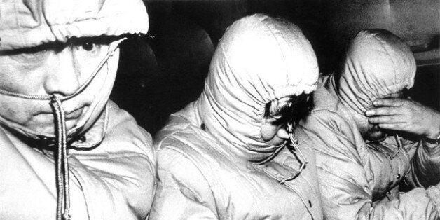 '박종철 고문치사 사건'의 고문 당사자로 지목된 경찰관 두명이 구속된 1987년 1월 경찰이 이들의 얼굴을 숨기려고 똑같은 복장을 한 경찰관 20명을 서울 서대문구치소로 함께 이동시키는...