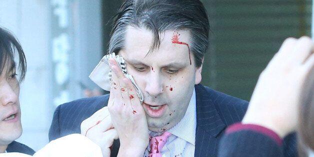 마크 리퍼트 주한 미대사가 5일 오전 서울 세종문화회관에서 열린 민화협 주최 초청 강연에 참석했다가 괴한의 공격을 받고 피를 흘리며 병원으로 향하고