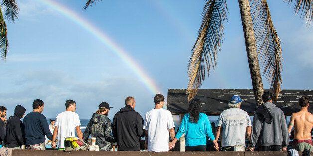 독일 청년의 죽음을 위로하기 위해 모인 100명의 하와이