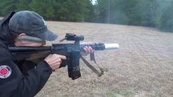 총쏘기를 즐기는 사람의 베이컨 굽는